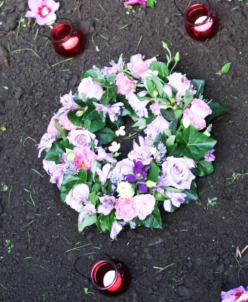 Begravelseskranse med efeu og roser.