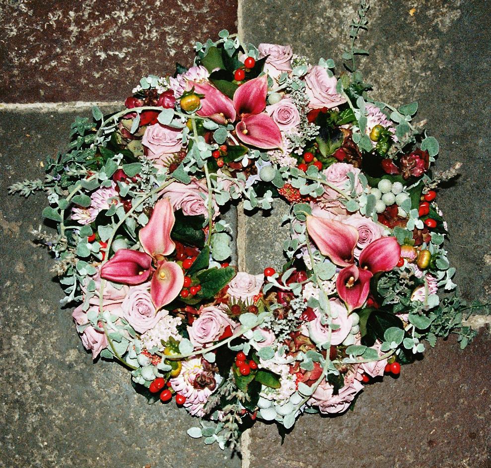 Begravelseskranse med lilje og roser.