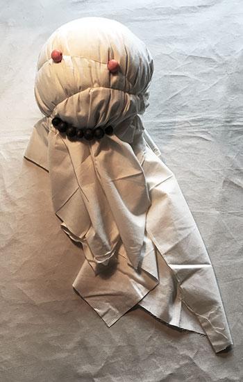 Spøgelse-mumie med en ballon i hovedet